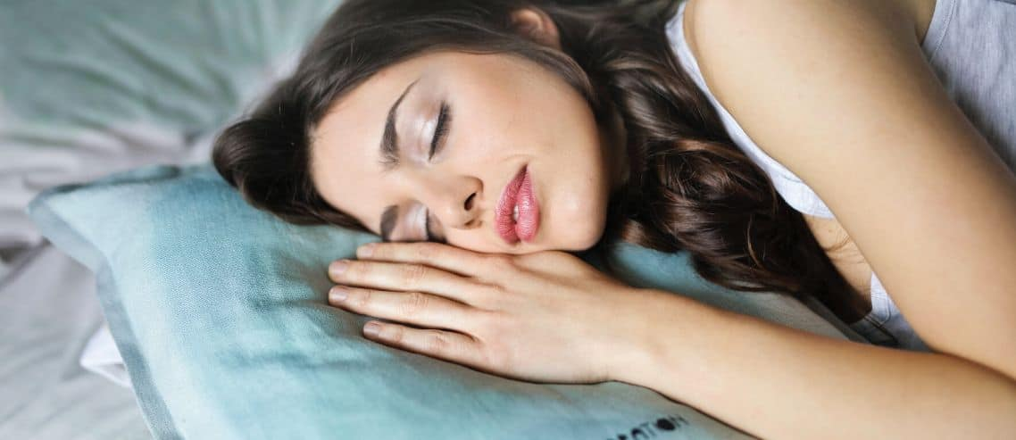 woman-sleeping-on-her-side-with-pillow