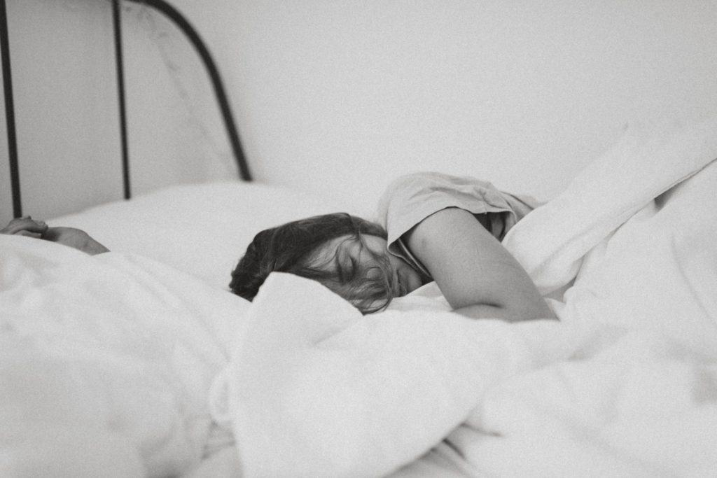 woman-sleeping-in-comfy-sheets